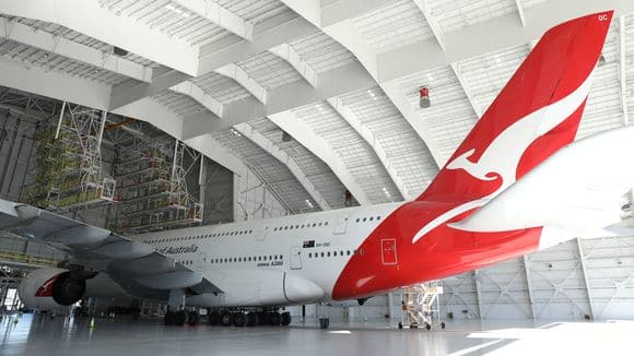 636213810462889315-qantas-a380-in-new-lax-hangar